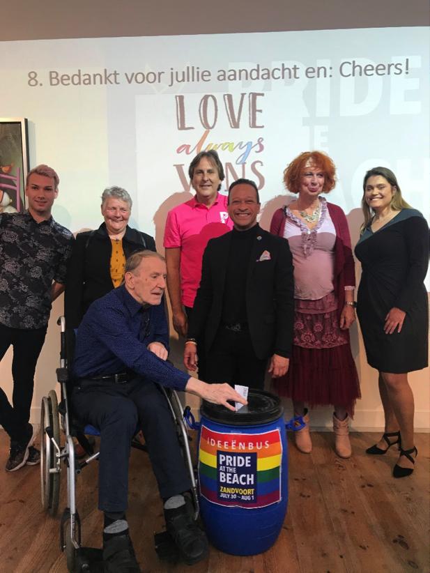 v.l.n.r. ambassadeurs Dallas Angel, Anja Westerweel, Ruud Kuik, Lucien Spee (Pride Amsterdam), Roy Dongen, Marlène Sjerps en Ellen Verheij-de Haas (wethouder gemeente Zandvoort)