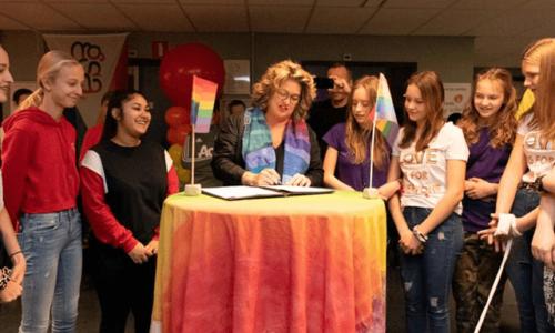 Foto: Onder het toeziend oog van de leerlingen ondertekent wethouder Marjolein Steffens-van de Water de overeenkomst. Fotograaf: Denise Abbas