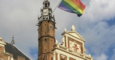 Gemeente Haarlem hijst de regenboogvlag vanwege Pride weekend