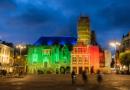 stadhuis haarlem gehuld in regenboogkleuren